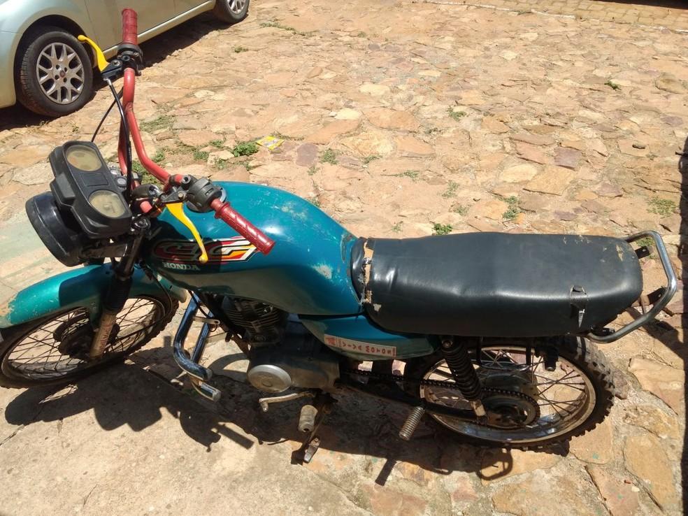 Uma moto foi apreendida com o suspeito (Foto: Divulgação/PM)