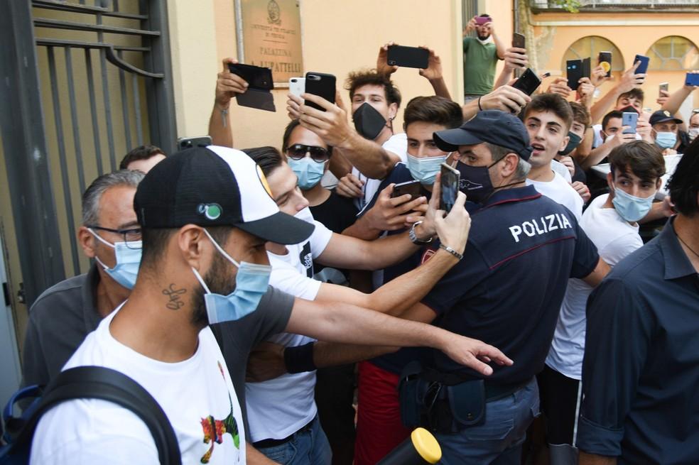 Luis Suárez após realizar o exame de italiano na Universidade de Perugia — Foto: EFE
