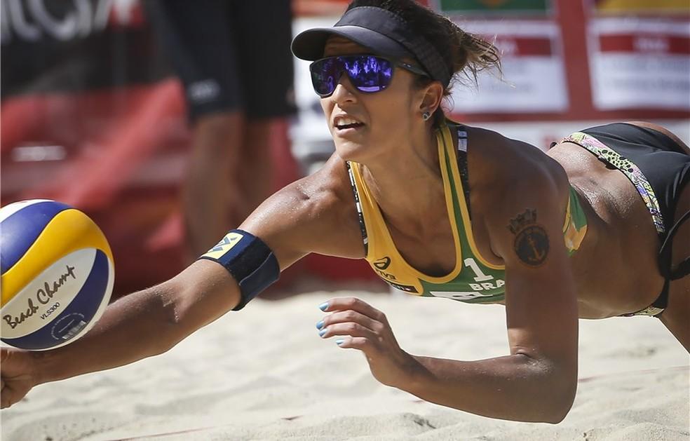 Bárbara Seixas se estica para fazer a defesa na primeira fase do Mundial de Viena (Foto: Divulgação/FIVB)