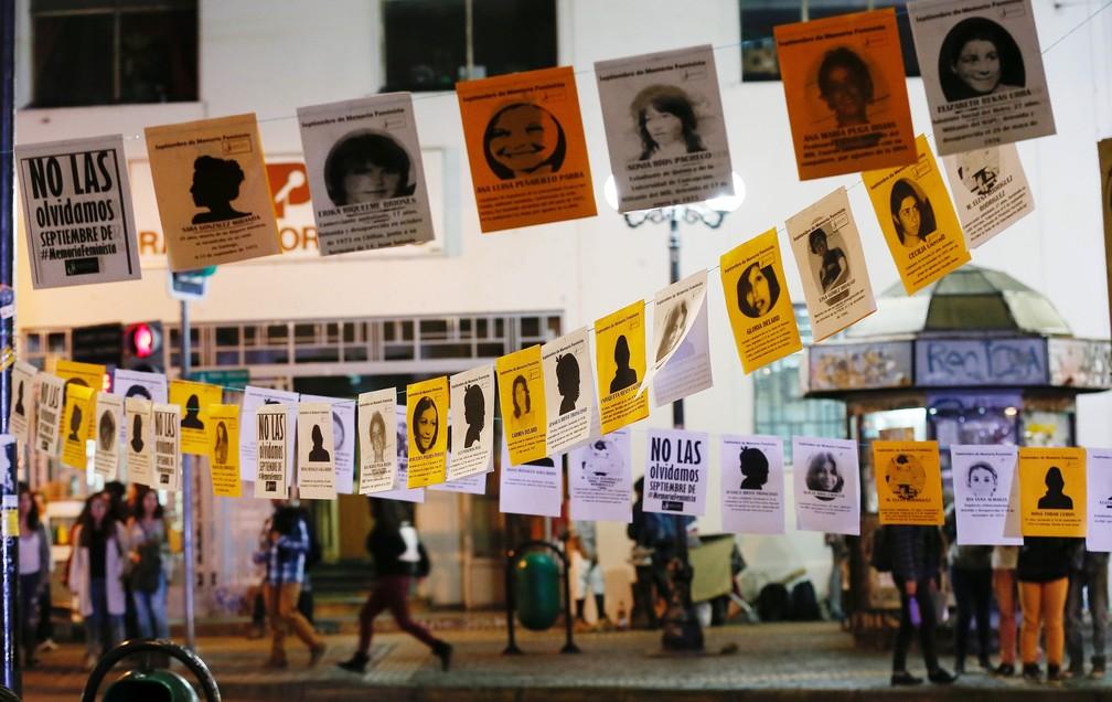 Fotos de mulheres desaparecidas na ditadura de Pinochet viram bandeirinhas nas ruas de Valparaiso em protesto realizado em 2016 — Foto: REUTERS/Rodrigo Garrido