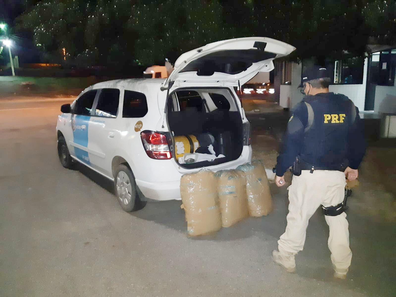 PRF apreende 30 kg de maconha com taxista e passageira em Caruaru