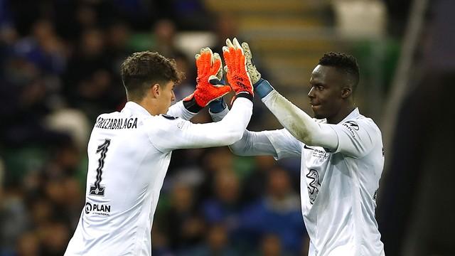 Kepa Arrizabalaga cumprimenta Edouard Mendy na substituição de goleiros do Chelsea quase no fim da prorrogação da Supercopa da Europa
