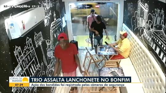 Câmeras de segurança registram trio assaltando lanchonete no bairro do Bonfim, em Salvador