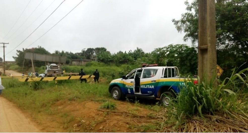 Militares foram informados através de ligações à central de operações de que havia um corpo boiando dentro do córrego (Foto: TBN/Reprodução)