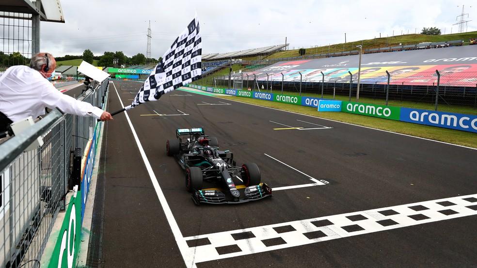 Lewis Hamilton cruza a linha de chegada para vencer GP da Hungria de 2020 — Foto: Getty Images