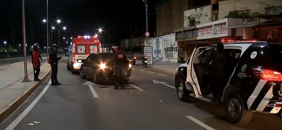 Garoto é socorrido pelo Samu após cair ao pegar carona em traseira de caminhão em rodovia de Fortaleza — Foto: TV Verdes Mares/Reprodução