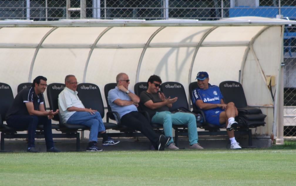 Renato Gaúcho conversa com dirigentes do Grêmio durante treino — Foto: Eduardo Moura