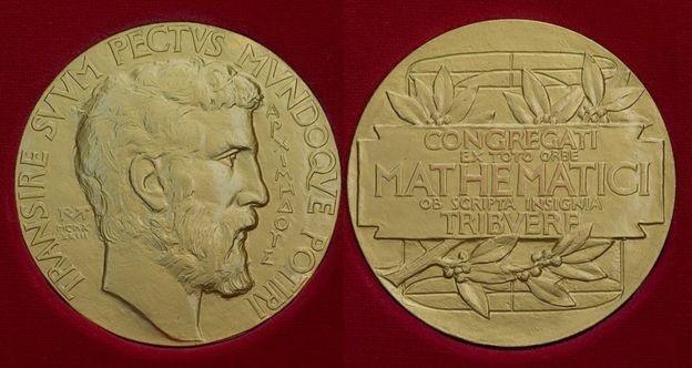 Minutos depois de ganhar medalha Fields, Birkar teve seu prêmio roubado (Foto: IMU/Via BBC News Brasil)