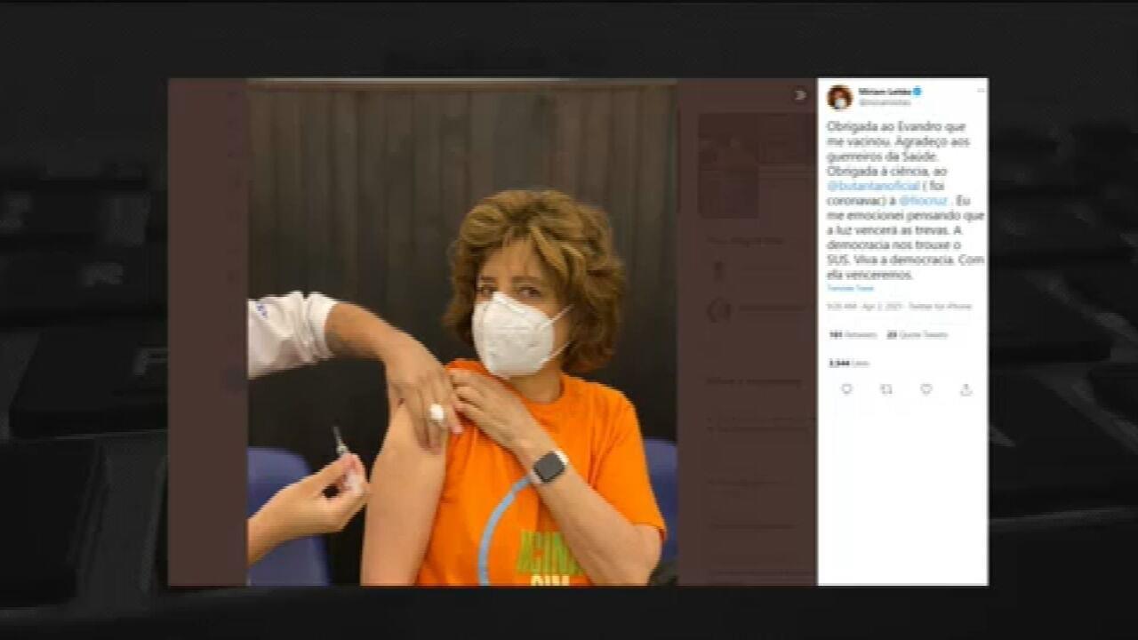 Míriam Leitão recebe vacina contra Covid-19