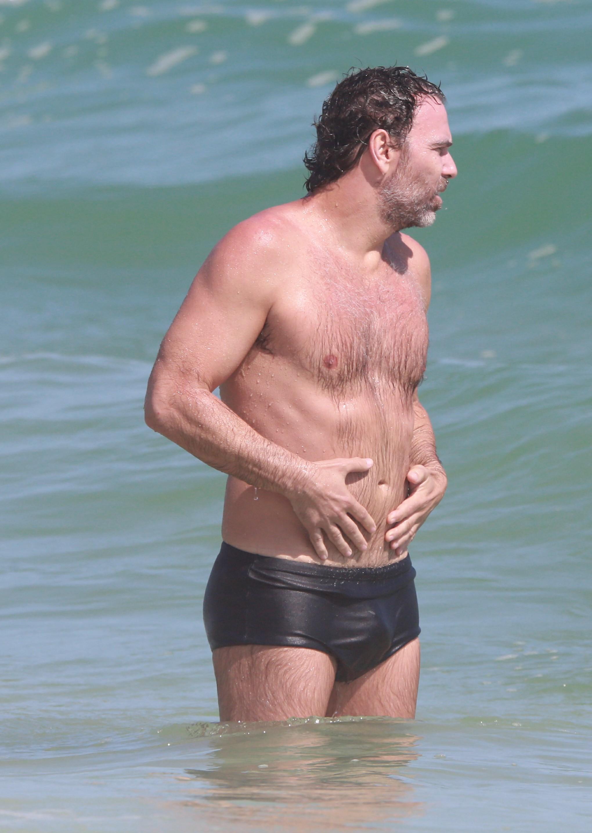 Marcelo Faria curte a praia (Foto: Agnews/Dilson Silva)