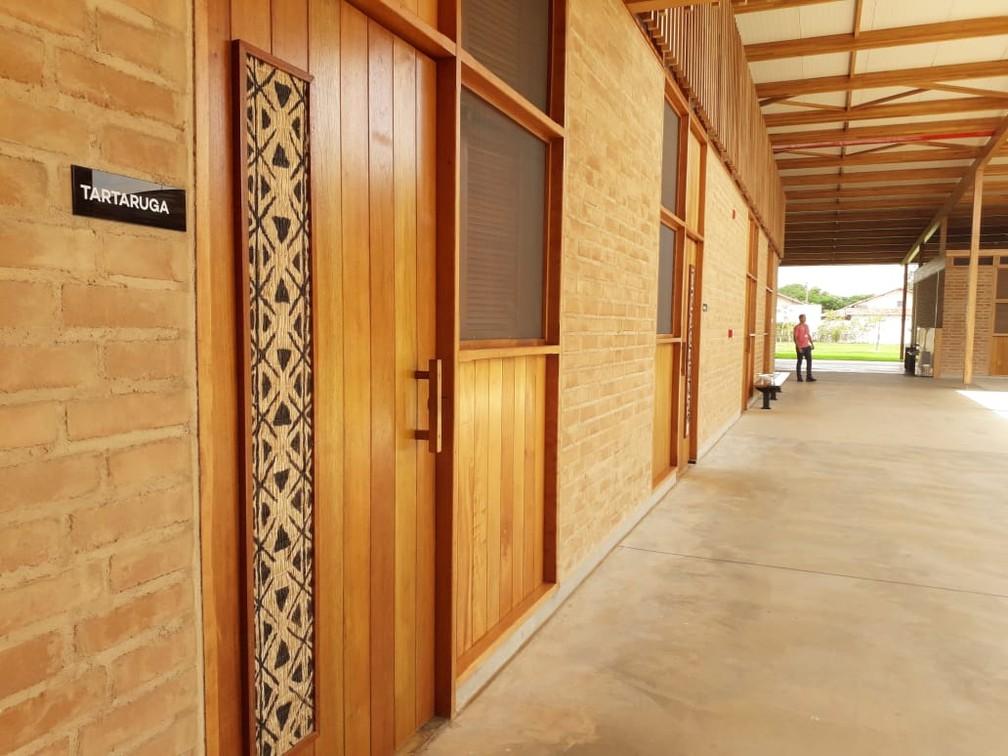 Dormitórios têm nome em português e símbolos pintados por indígenas na língua Inã — Foto: Jesana de Jesus/G1