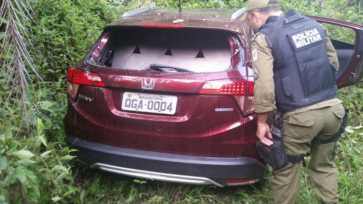 Carro de quadrilha que explodiu carro forte é encontrado próximo a curral de uma fazenda