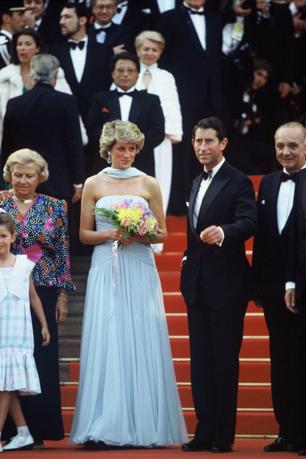 CANNES, FRANCE - MAY 15: Prince Charles, Prince of Wales and Diana, Princess of Wales, wearing a pale blue silk chiffon strapless dress with a matching chiffon stole designed by Catherine Walker, attend a Gala night in honour of actor Sir Alec Guinness at (Foto: WireImage)