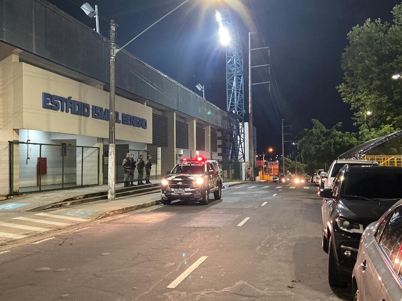 Seis são detidos, e vendedor ambulante é ferido após confronto entre torcedores em frente a estádio em Manaus