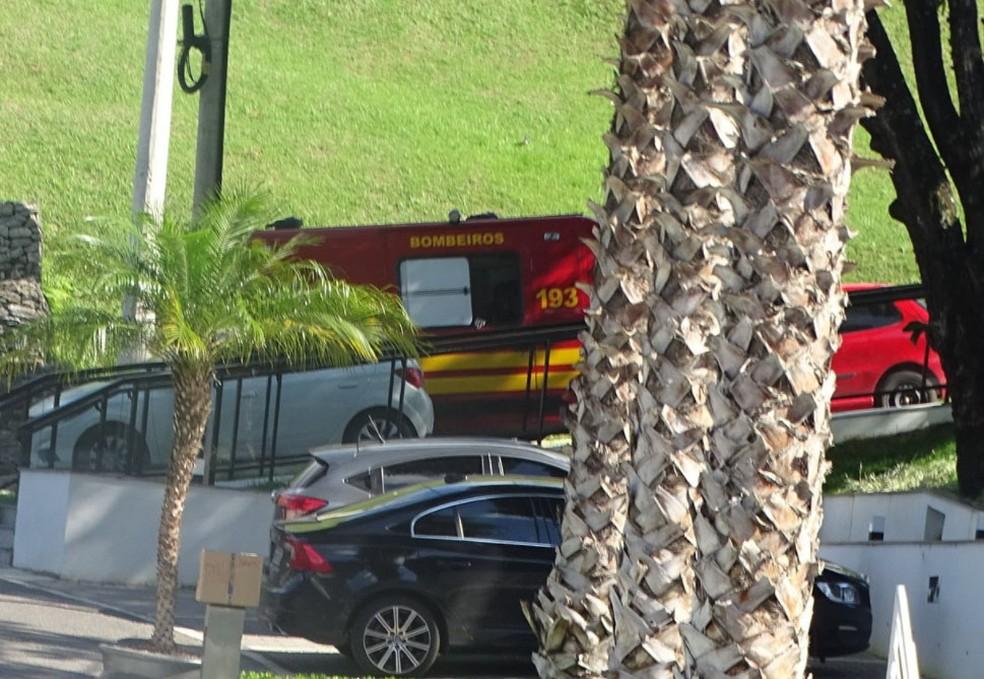 Ambulância chega à Cidade do Galo após chamado para socorrer Bebeto de Freitas (Foto: Rafae Araújo )