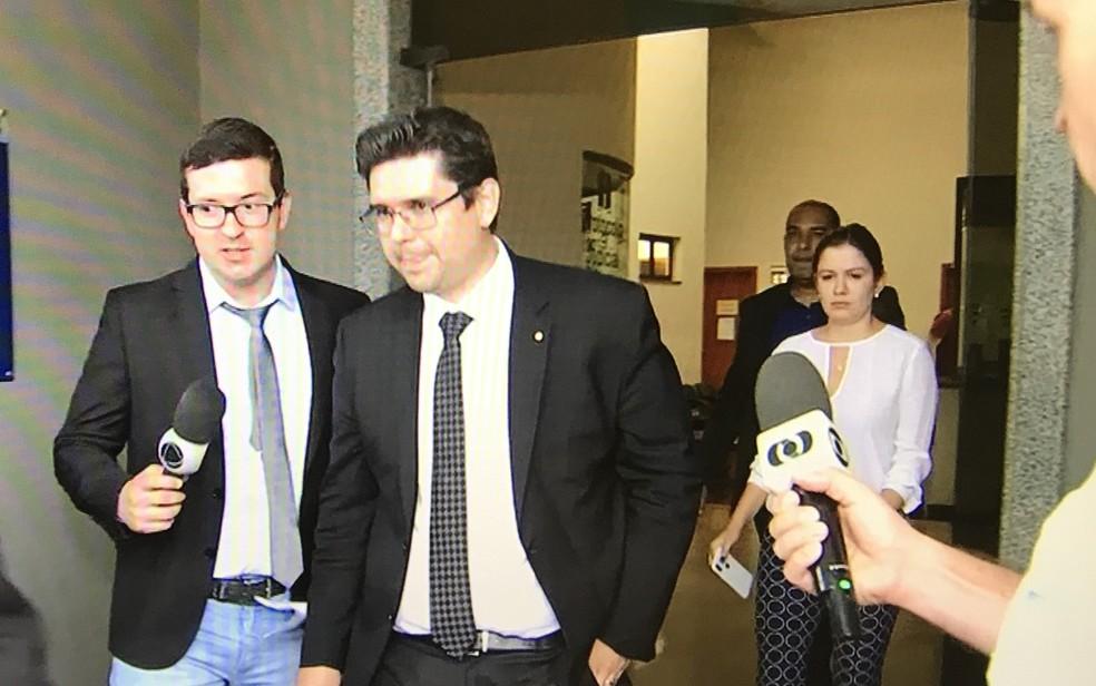 Promotor Luciano Miranda (de gravata preta) deixa Fórum sem falar com a imprensa — Foto: Reprodução/TV Anhanguera
