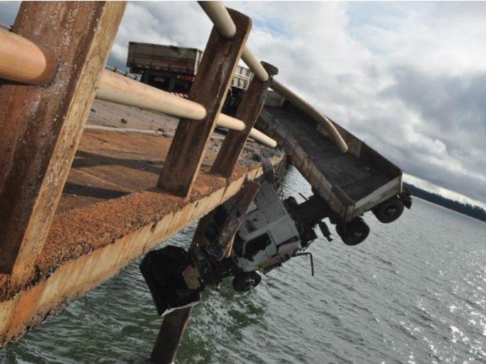 Caminhão ficou pendurado na Ponte Chavantes — Foto: Divulgação/PRE