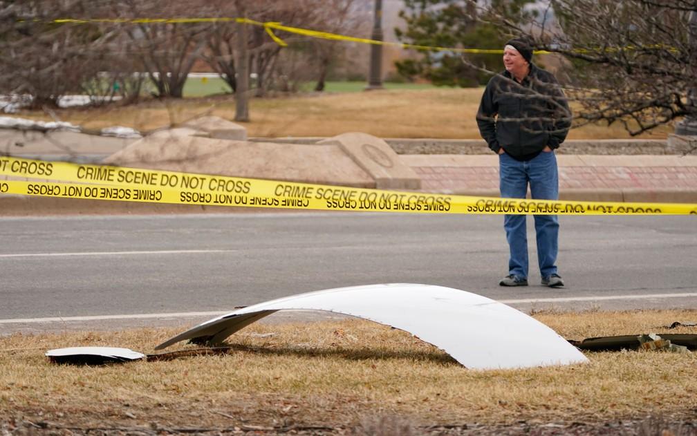 Destroços de avião da United Airlines que caíram em subúrbio em Denver, no sábado (20) — Foto: AP Photo/David Zalubowski