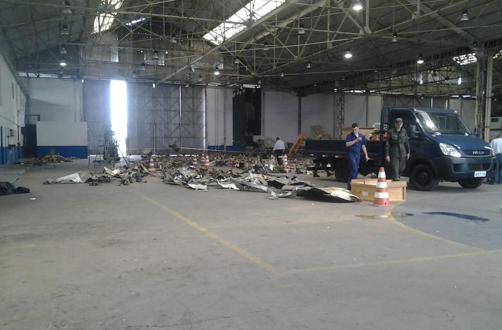 Equipes fizeram perícia em peças do avião que caiu com Eduardo Campos, na base aérea de Santos — Foto: Arquivo Pessoal