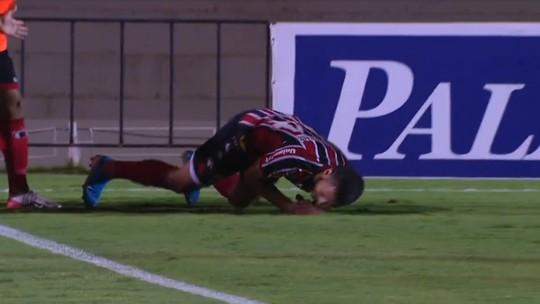 Após marcar para o Botafogo-SP, Murilo Henrique tenta dar mortal, cai e se machuca; assista
