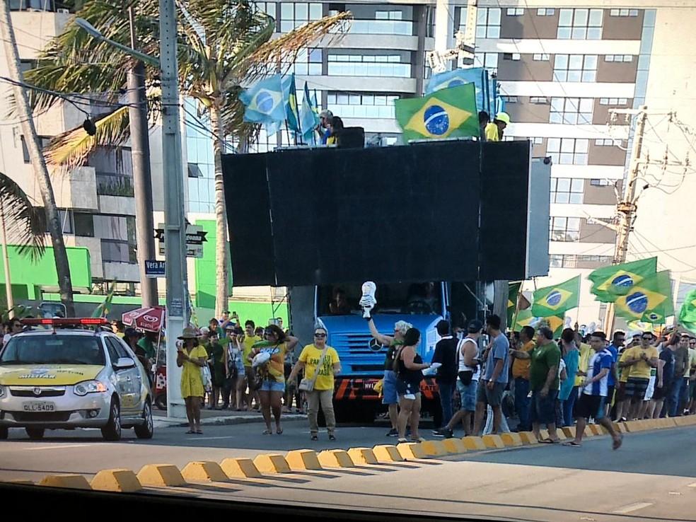 Manifestantes se reúnem no Corredor Vera Arruda, na orla da Jatiúca, área nobre de Maceió (AL) — Foto: Reprodução/TV Gazeta
