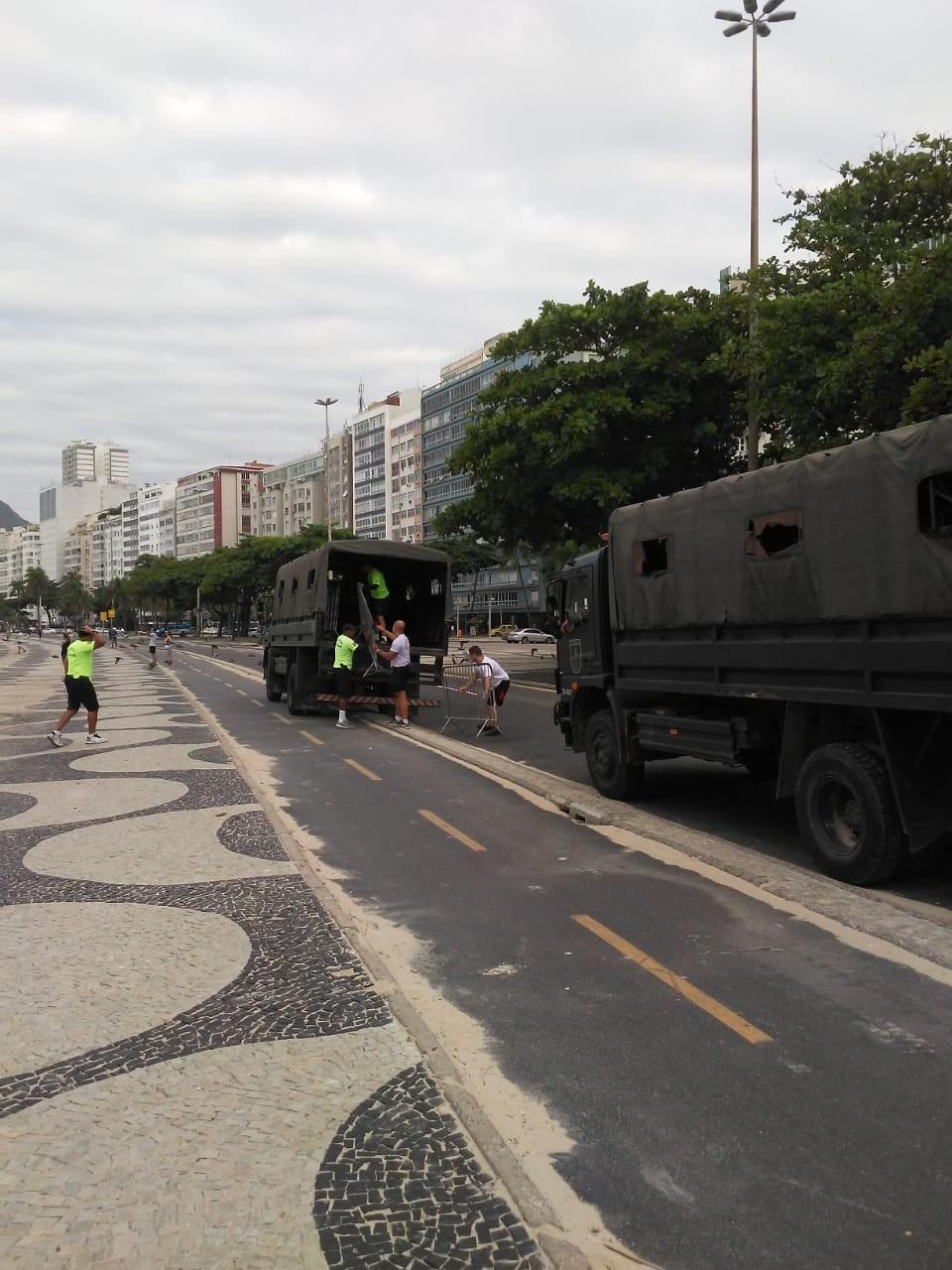 PM instala grades para fechar acesso  à Praia no Leme, Zona Sul do Rio