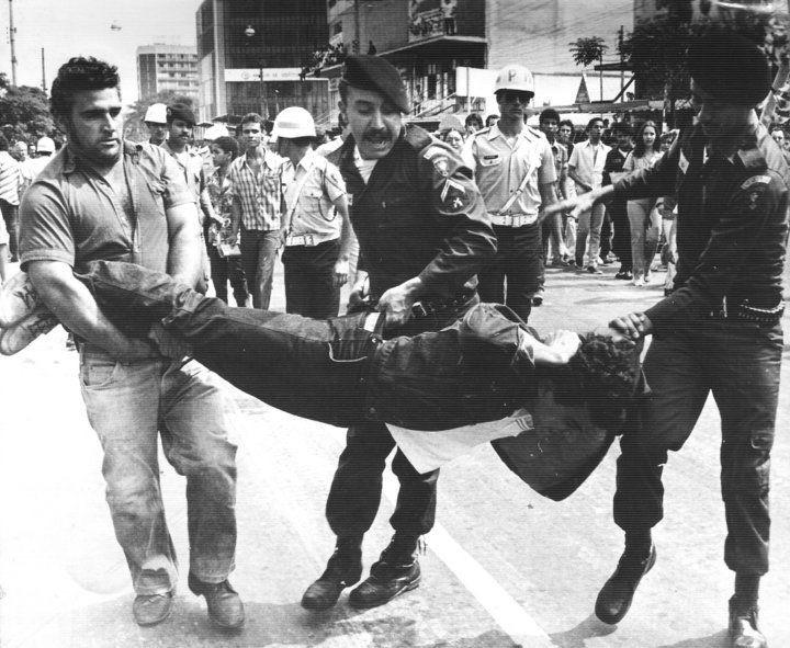 A tortura era recorrente na época. Segundo o livro de Luiz Octavio Dias, os militares e policiais chegaram a fazer cursos que ensinavam como torturar alguém a ponto da pessoa perder a sanidade mental (Foto: Reprodução)