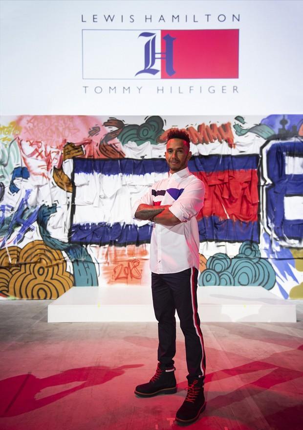 Lewis Hamilton no evento de lançamento em Xangai (Foto: Divulgação)