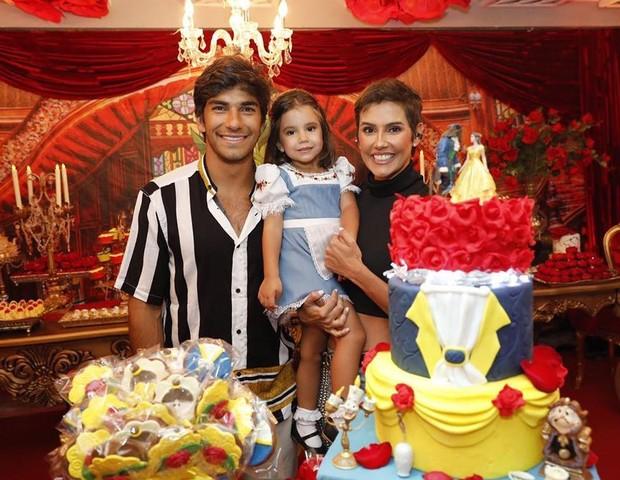 Maria Flor chega para festa de aniversário com os pais, Debora Secco e Hugo Moura (Foto: Reprodução Instagram)