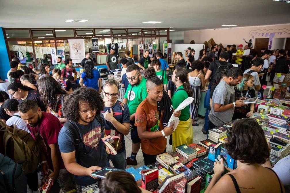 Público lota a área de venda de quadrinhos da PerifaCon. Espaço buscou dar abertura para obras com temas da periferia — Foto: Fábio Tito/G1