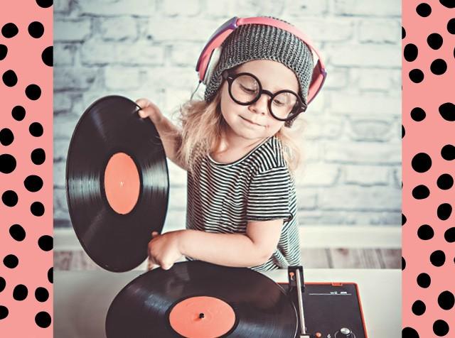 Criança loira brincando de DJ com discos de vinil (Foto:  deucee/thinkstock)
