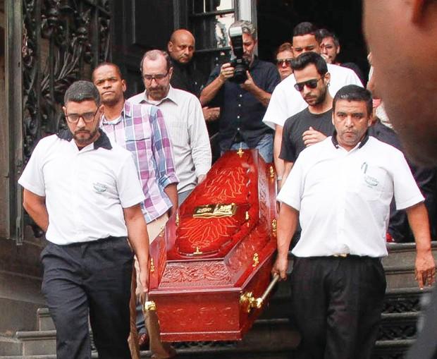 Corpo de Lucio Mauro segue para crematório (Foto: Marcos Ferreira/ Brazil News)