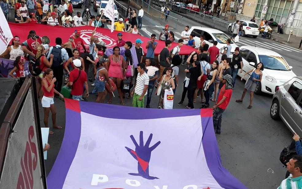 Grupo protesta pedindo a renúncia de Temer em Goiânia (Foto: Paula Resende/G1)