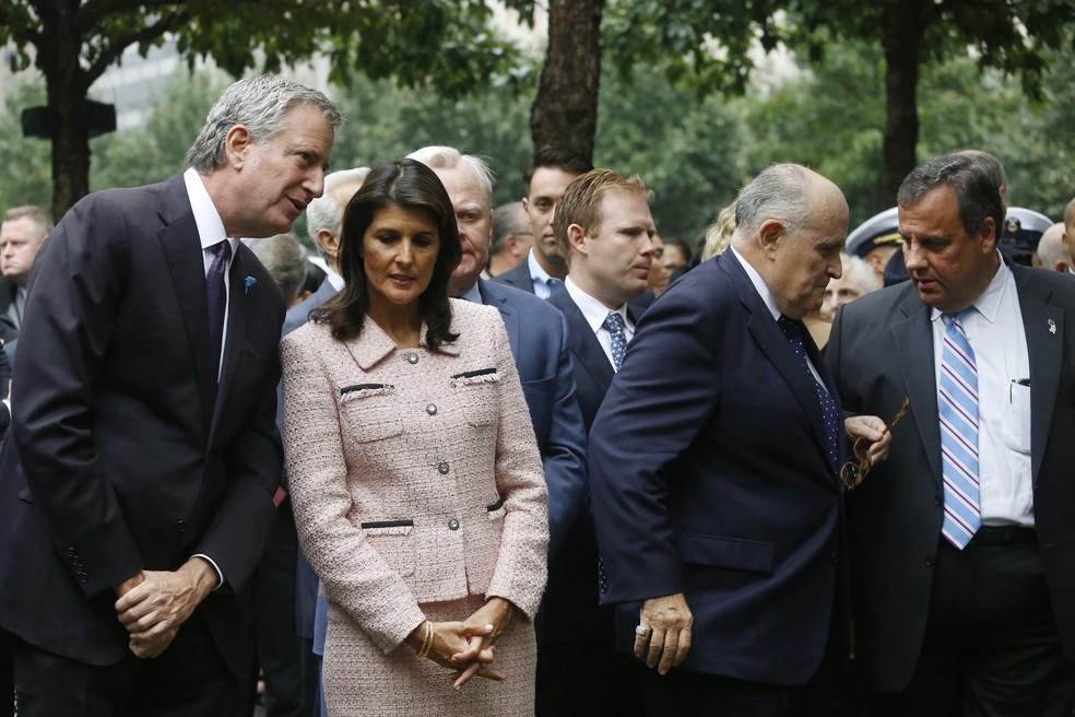 Participam de cerimônia em memória do 11 de Setembro: Bill de Blasio, prefeito de Nova York, Nikki Haley, embaixadora dos EUA na ONU, Rudy Giuliani, advogado do presidente Donald Trump e ex-prefeito de Nova York, e Chris Christie, ex-governador de Nova Jersey (Foto: Mark Lennihan/AP Photo)
