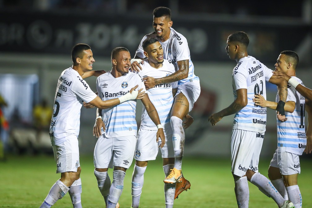 Ruan e Rodrigues (no centro) comemoram triunfo do Grêmio em cima do Vitória pela Copa do Brasil — Foto: Lucas Uebel/DVG/Grêmio