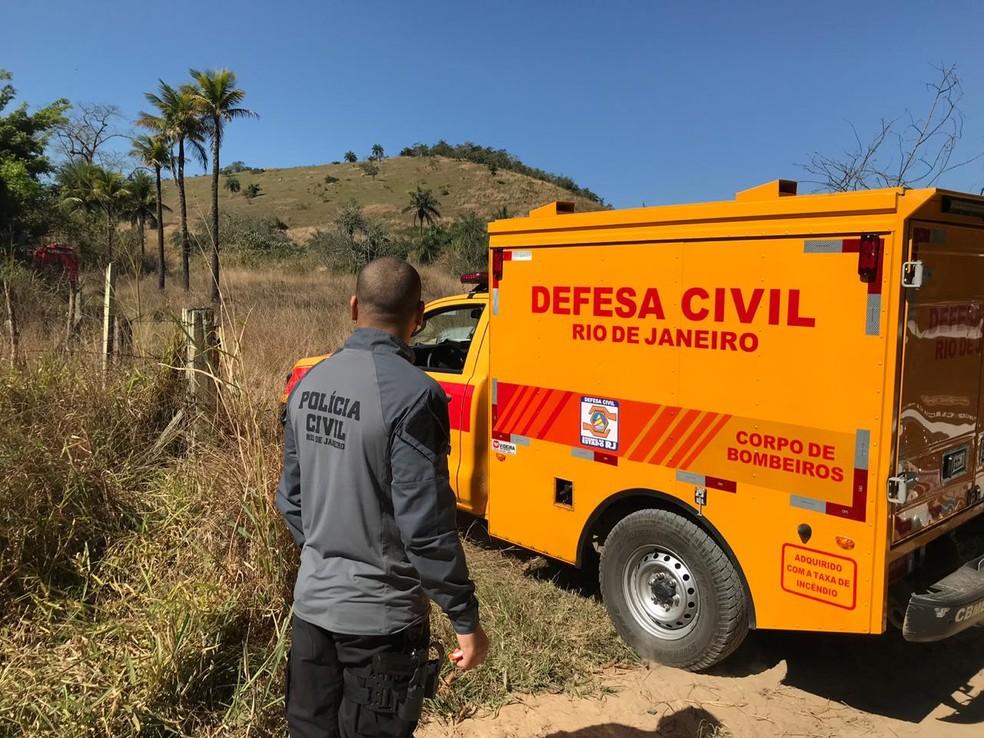 Carro da Defesa Civil chega para retirar corpos de vítimas da milícia em área de mata em Queimados, RJ — Foto: Henrique Coelho / G1