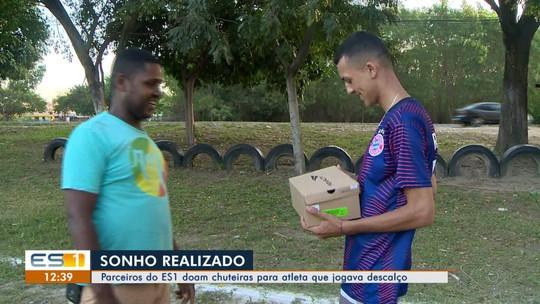 Jovem que jogava futebol descalço por não ter chuteiras recebe ajuda dos parceiros do ES1