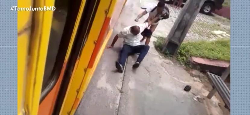 Cobrador de ônibus é agredido após reclamar com passageiro que pulou catraca do coletivo na BA; VÍDEO