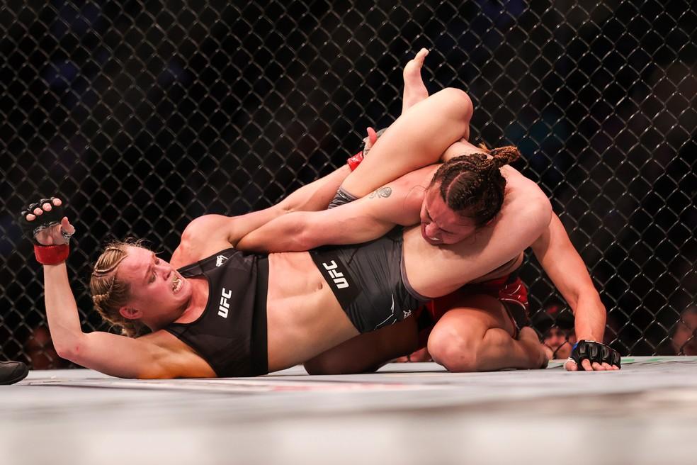 Andrea Lee finaliza Antonina Shevchenko no UFC 262 — Foto: Getty Images
