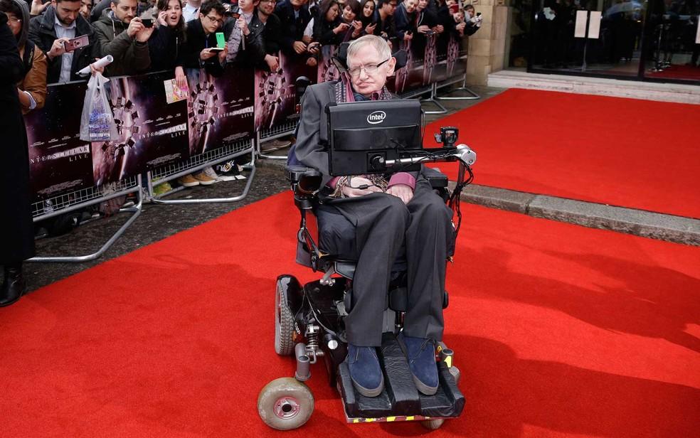 Stephen Hawking, em 2015, na chegada ao Interstellar Live Show no Royal Albert Hall, no centro de Londres — Foto: Joel Ryan / Invision / AP Photo (Arquivo)
