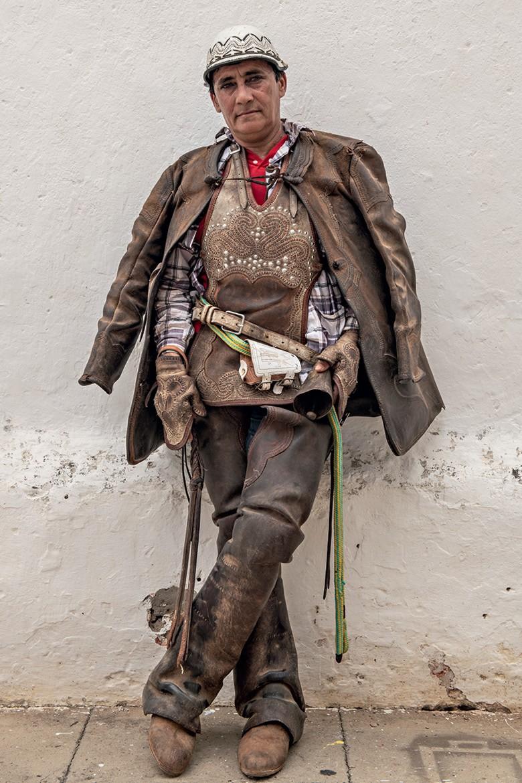 Vaqueiros do Pajeú - A vaqueira Soneide Menezes é um símbolo no sertão. A vestimenta de couro é uma armadura contra os espinhos, que fazem parte dos mecanismos de defesa desenvolvidos pelas plantas para resistir às condições extremas do Semiárido (Foto: José Medeiros)