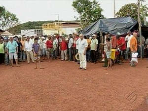 Garimpeiros em frente à mina de Serra Pelada, no Pará (Foto: Reprodução/TV Liberal)