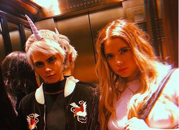 A atriz e modelo Ashley Benson com a atriz e modelo Cara Delevingne (Foto: Instagram)