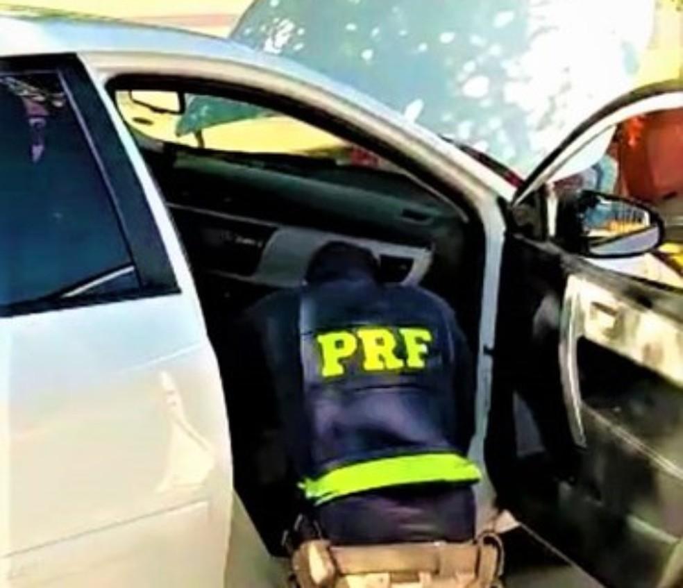 Homem é preso após ser flagrado em carro de luxo roubado no oeste da Bahia — Foto: Divulgação/PRF