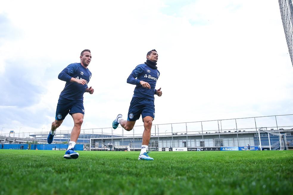 Arthur corre ao lado de Cícero: veterano é o favorito para herdar posição (Foto: Lucas Uebel/Grêmio/Divulgação)