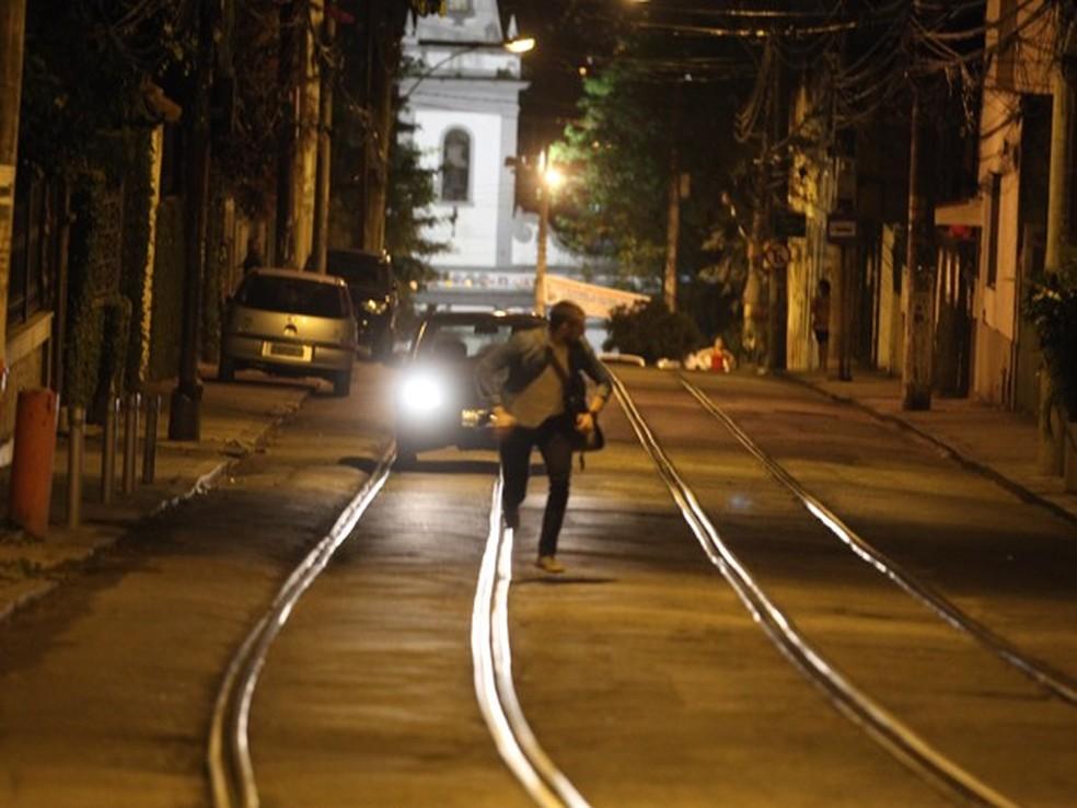 Vicente (Rafael Cardoso) foge do carro de Fernando (Erom Cordeiro) - 'Império' — Foto: Globo