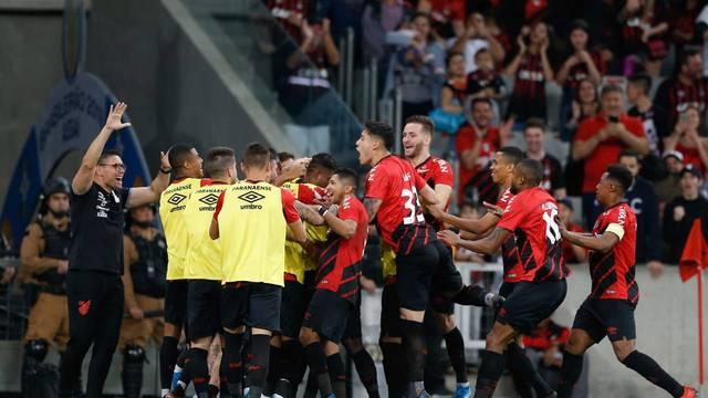 Jogadores do Athletico comemoram o gol de empate marcado por Nikão