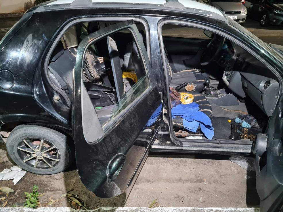 Veículo com vários objetos roubados das vítimas foi recuperado pela polícia em Caucaia — Foto: Rafaela Duarte