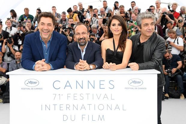 Javier Bardem, Asghar Farhad, Penelope Cruz e Ricardo Darin na coletiva de Todos Lo Saben no Festival de Cannes (Foto: Getty Images)
