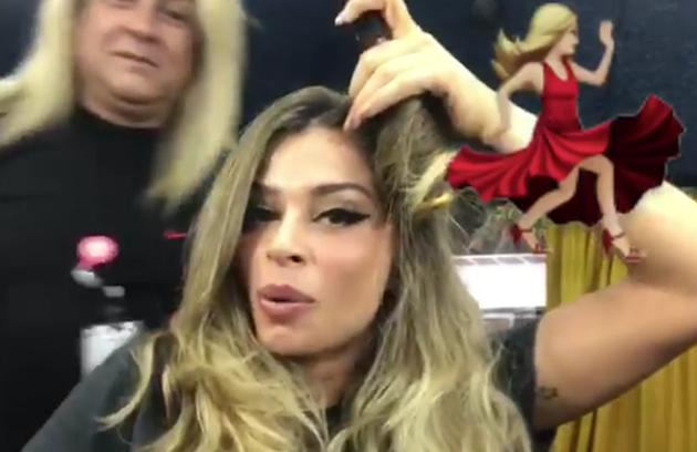 A atriz postou uma foto arrumando o seu próprio penteado (Foto: Reprodução / Instagram)